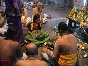 Tilbedelse av ung jente i Kamakshi tempelet, Kanchipuram