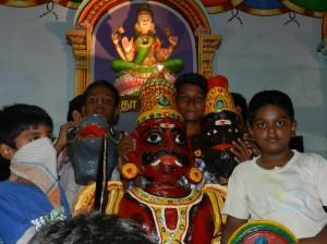 Demonen med tre hoder. Siste dagen halshugges den med bøffelhode, som peker mot Durgas kamp mot bøffeldemonen fra Sanskrit-teksten Devimahatmyam.