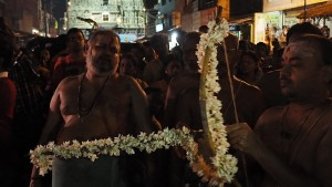 Prest skyter piler på et vaṉṉi-tre så Kāmākṣī skal bli fri fra synd etter å ha drept demonen